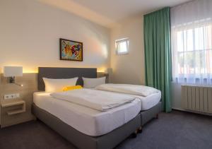 Ein Bett oder Betten in einem Zimmer der Unterkunft Hotel & Restaurant 5 Linden