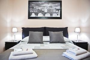 Un ou plusieurs lits dans un hébergement de l'établissement Olimpia Apartment