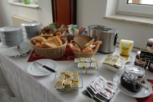 Breakfast options available to guests at Hotel & Restaurant am Rosenhügel