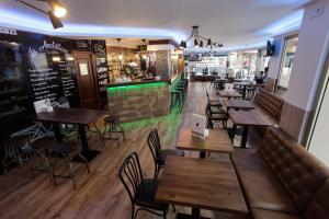 The lounge or bar area at Hostal Dinamarca