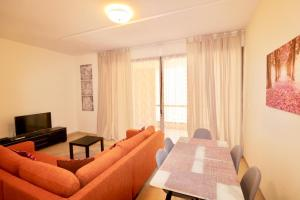 A seating area at Two Bedroom Apartment - Bahar 4