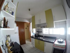 A kitchen or kitchenette at Apê a 100m do Mar
