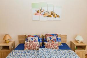 Кровать или кровати в номере Apartment on Ligovsky prospekt near Obvodny kanal