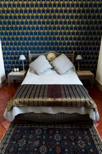 A bed or beds in a room at La Maison des Palmiers