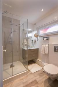 A bathroom at Logis Hostellerie Motel Au Bois Le Sire