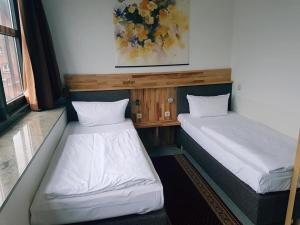 A bed or beds in a room at Hotel Am Hopfenmarkt