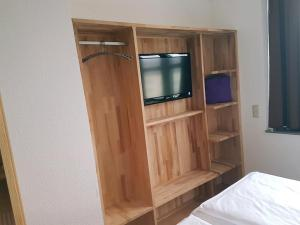 A television and/or entertainment center at Hotel Am Hopfenmarkt