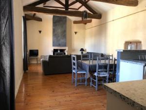 A restaurant or other place to eat at Gites du chateau du Breuil