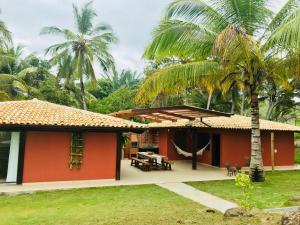 A garden outside Casa de Praia com piscina - Beach Paradise