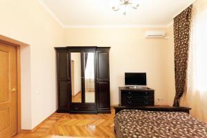 Телевизор и/или развлекательный центр в Apartments Kvartirkino