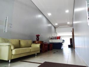 A seating area at O Hotel Monte Carlo Uberlândia fica próximo aos hospitais Santa Catarina, Santa Clara, Santa Genoveva e várias clínicas médicas