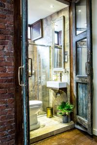 A bathroom at The Cow Hollow Hotel