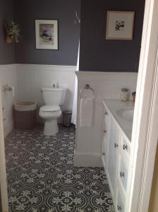 A bathroom at Harrington House Bed & Breakfast