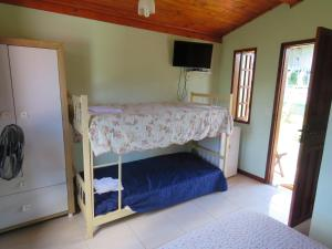 A bunk bed or bunk beds in a room at Fazenda Jorge Tardin