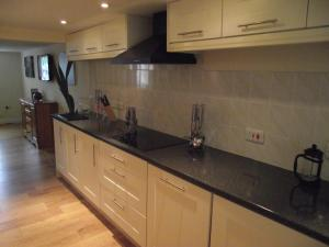 A kitchen or kitchenette at Carpenters Cottages