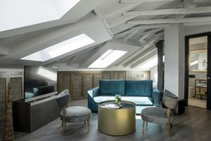 A seating area at ICON Wipton by Petit Palace