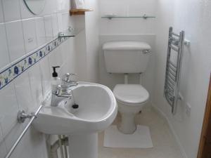 A bathroom at Fairhaven B&B
