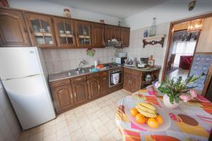 A kitchen or kitchenette at Lordelo