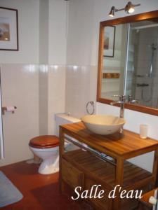 A bathroom at Les Chambres de Solliès