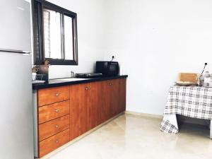 A kitchen or kitchenette at Modern Downtown 3BR By Ahlan Hospitality