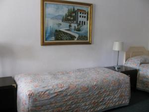 A bed or beds in a room at The Wayfarer Motel