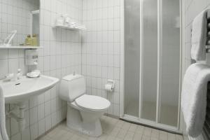 A bathroom at Hotel Kea by Keahotels