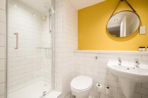 A bathroom at Innkeeper's Lodge Newcastle, Cramlington