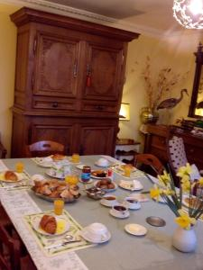 Breakfast options available to guests at Ferme de Dauval