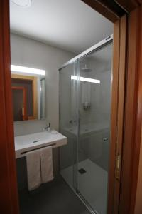 Uma casa de banho em Imperador Hotel