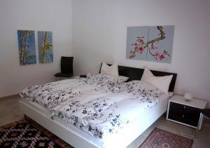 Ein Bett oder Betten in einem Zimmer der Unterkunft Ferienwohnung-Mosel