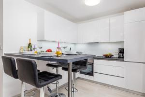 A kitchen or kitchenette at Apartment City point
