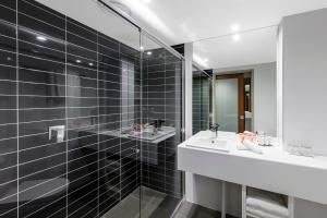 A bathroom at Hotel Grand Chancellor Brisbane