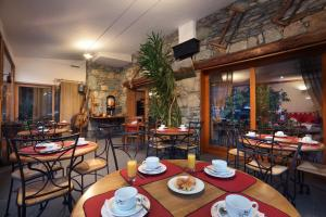 A restaurant or other place to eat at Hotel Autantic