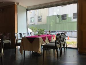 A restaurant or other place to eat at Shiah Yih Hotel