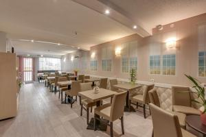 A restaurant or other place to eat at Brit Hotel Confort Thouars