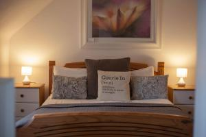 A bed or beds in a room at The Courie Inn