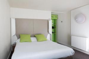 A bed or beds in a room at Campanile Cergy Saint-Christophe