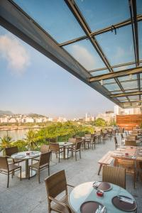 A restaurant or other place to eat at Prodigy Santos Dumont