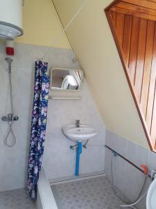 A bathroom at Richard's Inn