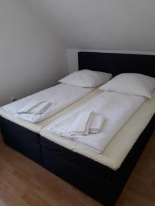 Ferienpark Tannenbruchsee tesisinde bir odada yatak veya yataklar