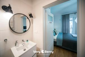 A bathroom at Very Berry - Zwierzyniecka 30 - check in 24h, parking, lift