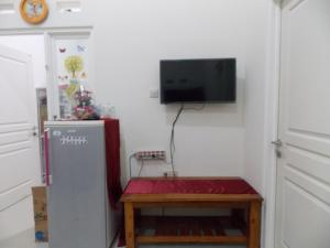 A television and/or entertainment centre at Homestay Elysian