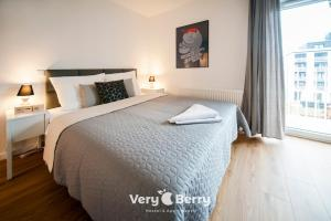 A bed or beds in a room at Very Berry - Zwierzyniecka 30 - check in 24h, parking, lift