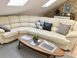 A seating area at Таунхаус 130 м2 Белый филин - Люкс на Банном рядом с Горнолыжным центром
