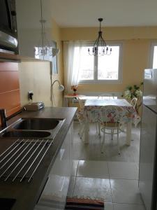 Kuchyň nebo kuchyňský kout v ubytování Sunny and Spacious Apt