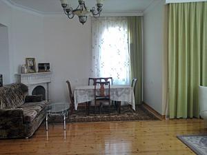 Uma área de estar em Shuvelan Cottage House