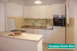 A kitchen or kitchenette at Vacation home Alan