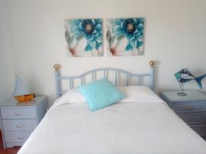 A bed or beds in a room at Baleal Sol Village I