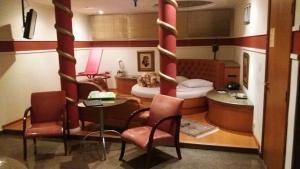 Uma área de estar em Heru's Motel