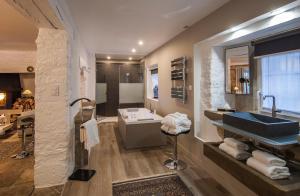 Salle de bains dans l'établissement Château de Labro - Les Collectionneurs